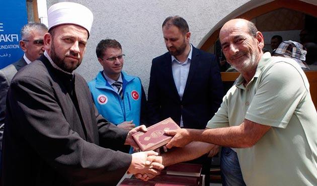 TDV Karadağ'da Boşnakça Kur'an-ı Kerim meali dağıttı | FOTO