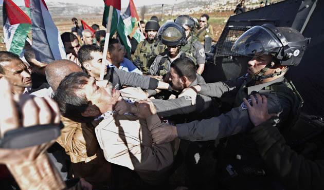 Ramallah'ta baskın yapan İsrail askerlerine sivil halktan tepki