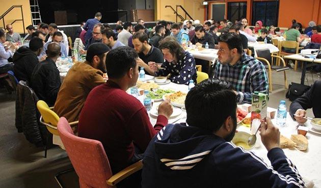 Hollanda'da mülteciler ile Müslüman gençler aynı sofrayı paylaştı