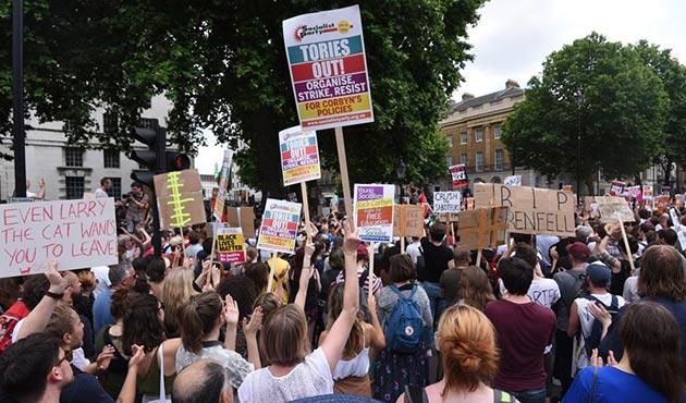 May'e Londra'da 'DUP' protestosu