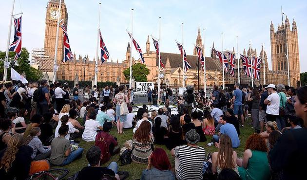 Londra'daki yangında ölenlere anma