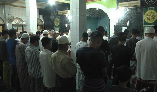 Endonezya'da camiler 'son teravih namazı' için doldu taştı