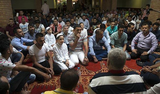 Atina'daki 200 bin Müslüman, bir bayrama daha camisiz girdi