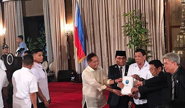 Müslüman direnişçiler, Bangsamoro Temel Yasası Tasarısı'nı Duterte'ye sundu