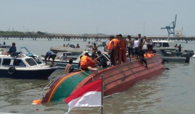 Endonezya'da tekne alabora oldu: 10 ölü