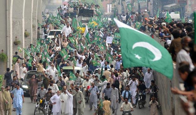 Pakistan'da Navaz Şerif'e destek gösterisi