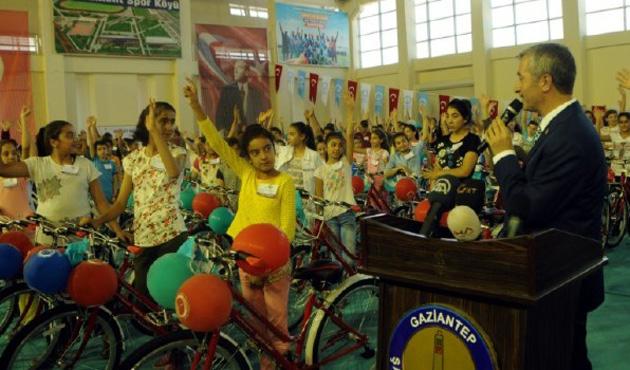 Gaziantep'te 3 bin 500 öğrenciye bisiklet hediye edildi