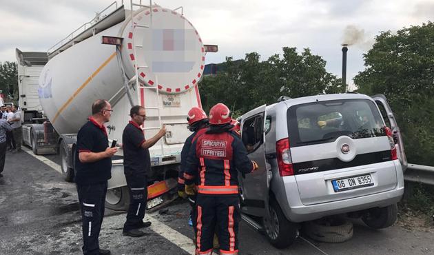 TEM'de hafif ticari araç, duran TIR'a çarptı: 4 ölü
