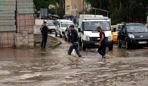 Erzurum'daki sağanak evleri bastı