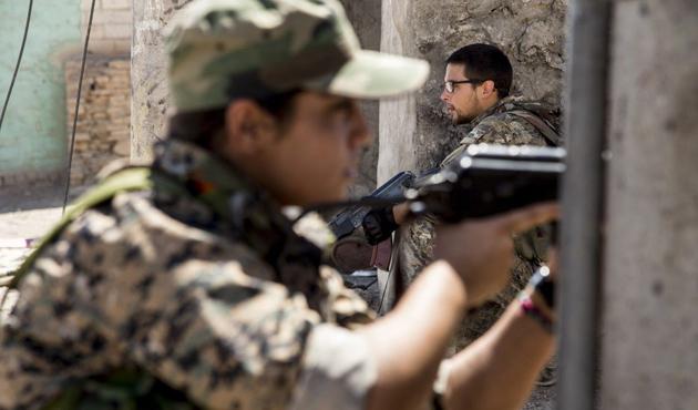 Araplar Rakka'da YPG ile çatışıyor