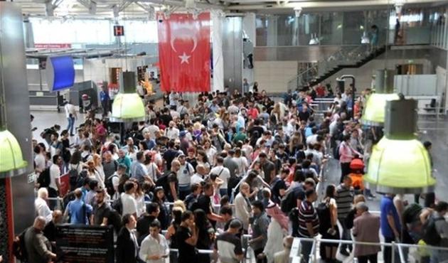 Atatürk Havalimanı'nda bayram yoğunluğu