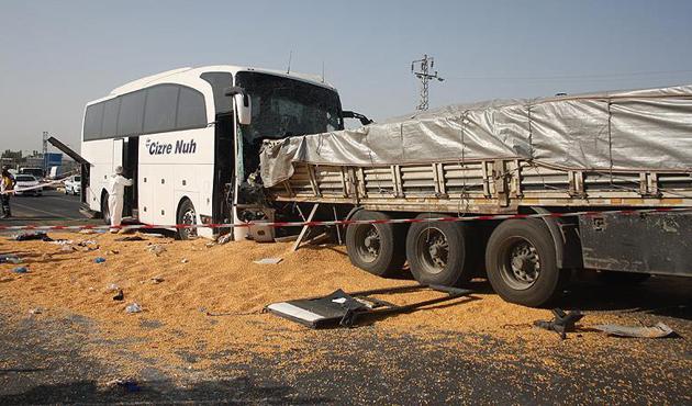 Ankara'da yolcu otobüsü tıra çarptı: 3 ölü, 26 yaralı