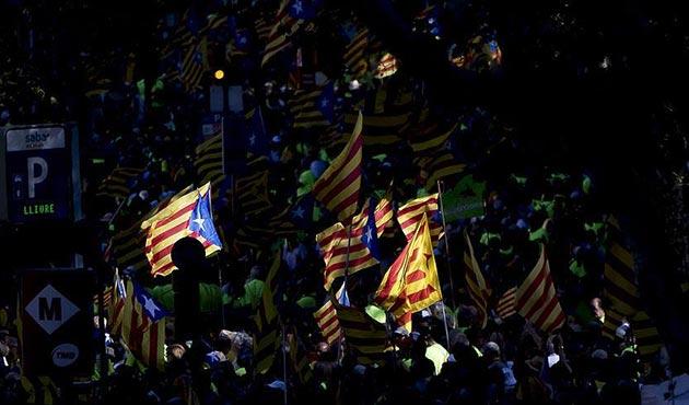Katalonya'nın 'İspanya'dan ayrılma yasası' askıya alındı