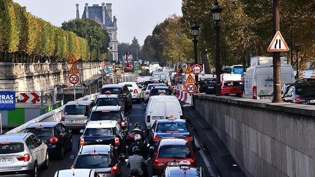 Fransa'da protestolar Paris'i felç etti