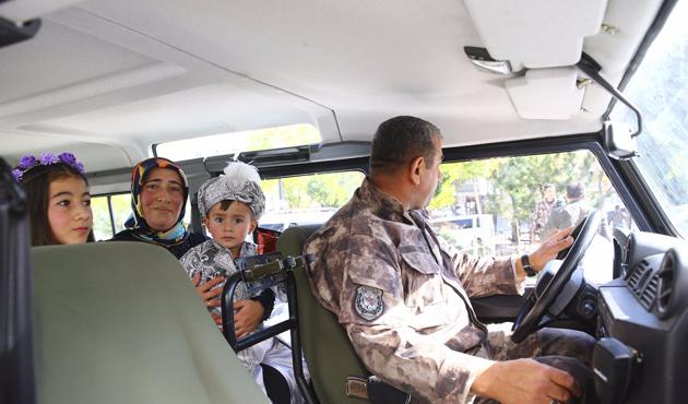 Otizmli çocuğa polis araçlarından sünnet konvoyu