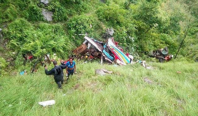 Nepal'de otobüs uçuruma yuvarlandı: En az 14 ölü