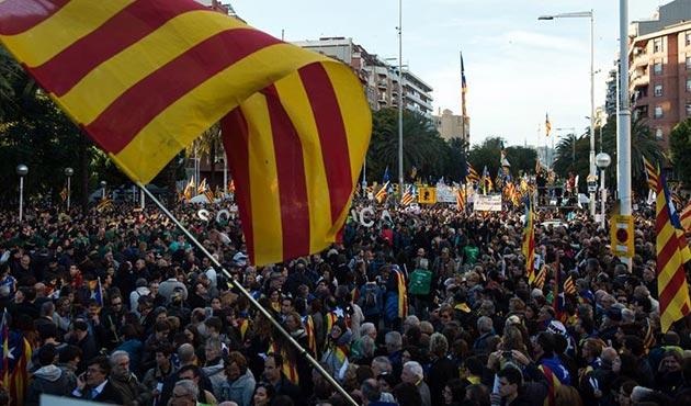 Tutuklu Katalan siyasetçilerin serbest bırakılması için protesto
