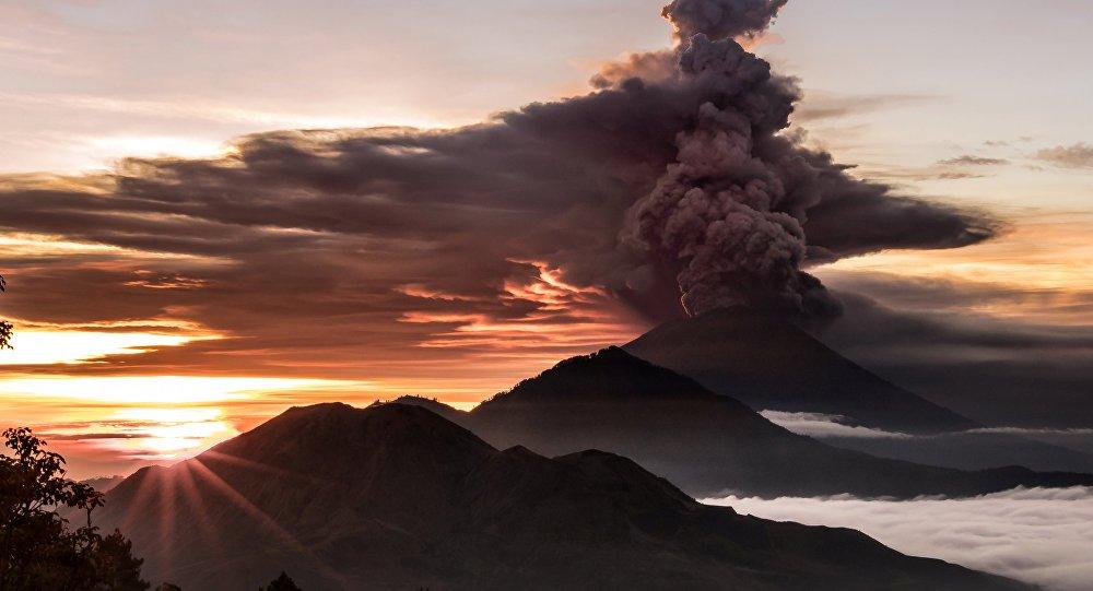 Agung Yanardağı kül püskürtmeye başladı