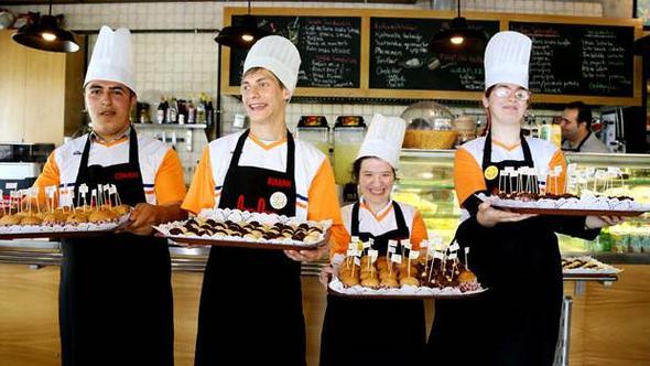 Down sendromlu çocuklar kafe işletti