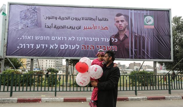 Kassam Tugayları'ndan 'esir İsrail askeri Şaul' afişi