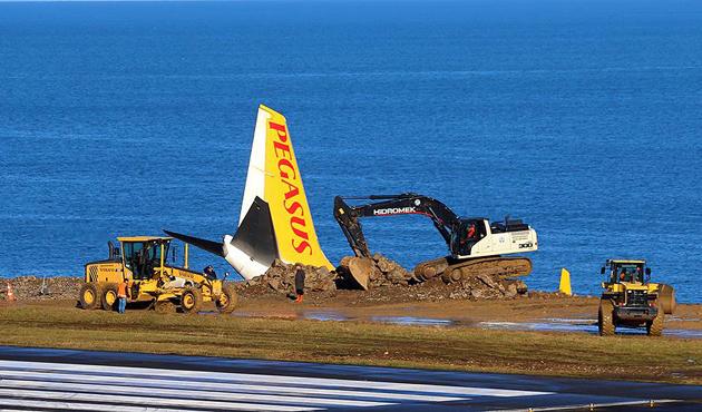 Trabzon'da pistten çıkan uçağın kaldırılması için çalışma sürüyor