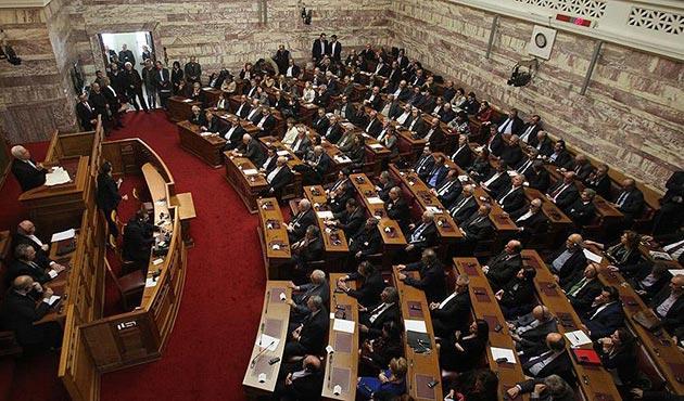 Yunanistan'ı karıştıran yeni kemer sıkma önlemleri meclisten geçti