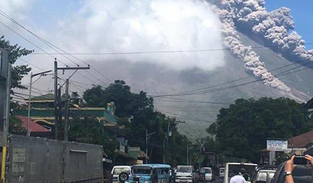 Filipinler'de Mayon Yanardağı patladı