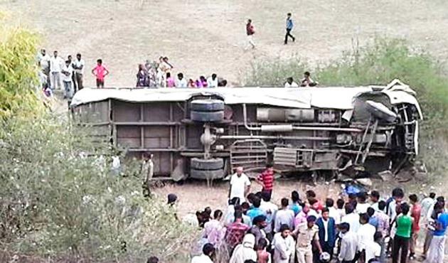 Hindistan'da yolcu otobüsü nehre düştü