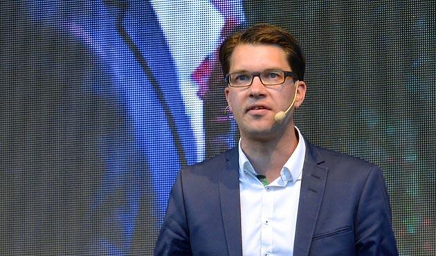 İsveç'te aşırı sağcı lider olumlu başörtüsü açıklamasından çark etti