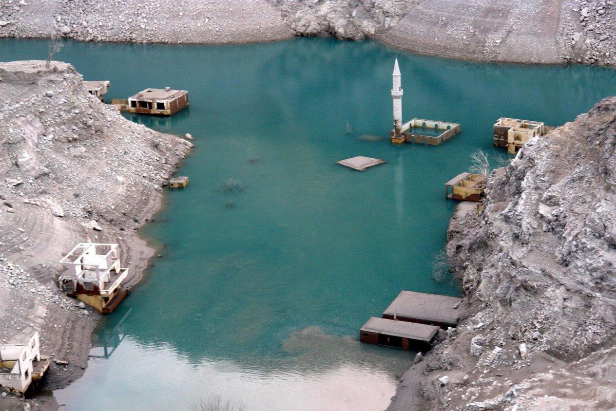 Deriner Barajı'nın suları çekilince köy ortaya çıktı