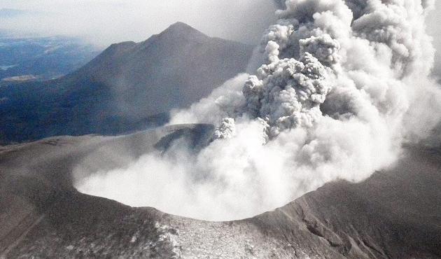 Endonezya'da yanardağ dumanı 30 kişiyi zehirledi