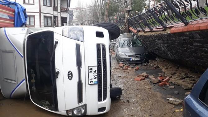 Eyüp Sultan'da yağış parkın istinat duvarını yıktı