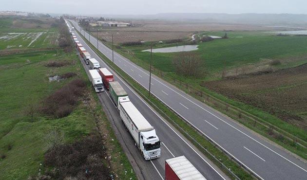 Bulgaristan'a açılan sınır kapılarında kilometrelerce TIR kuyruğu