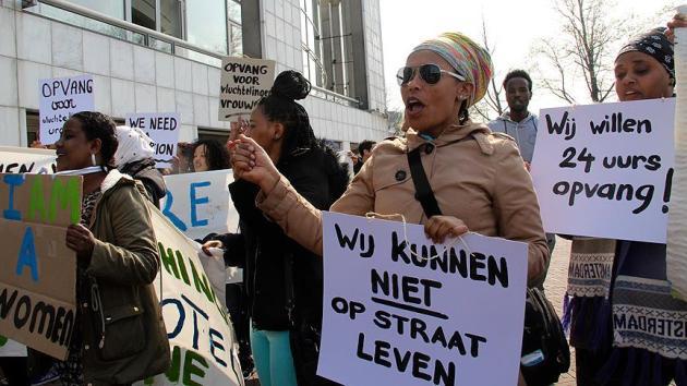 Hollanda'da sığınmacılardan 'barınma' gösterisi