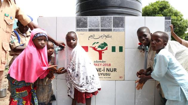 Türk hayırseverler Nijerya'da su kuyuları açtırdı