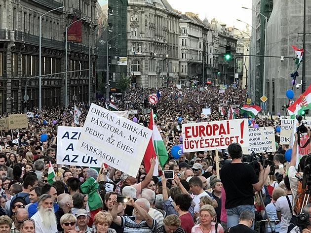 Macaristan'da on binlerce kişiden hükümet karşıtı eylem