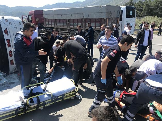 Manisa'da askerleri taşıyan minibüs TIR'la çarpıştı: 25 yaralı