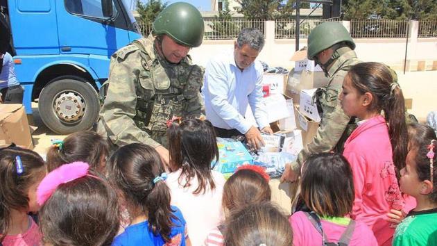 Mehmetçik 23 Nisan'da Suriyeli çocukları sevindirdi