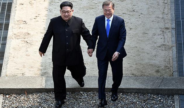 Kore'deki tarihi zirvede Kim Jong-un ile Moon Jae-in buluştu