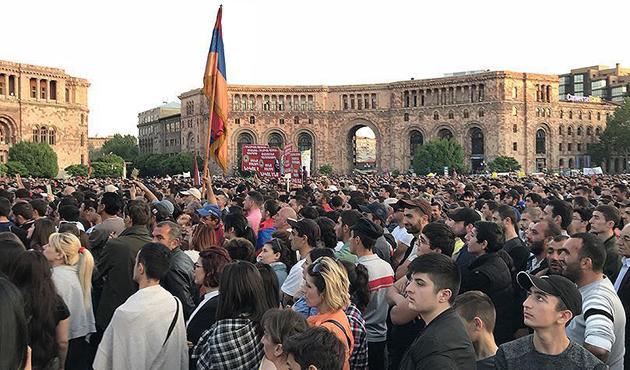 Paşinyan destekçileri Ermenistan'ı felç etti