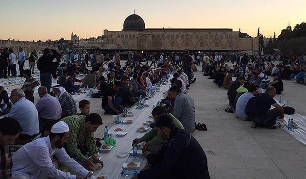 Sadakataşı Derneği'nden Mescid-i Aksa'da iftar programı