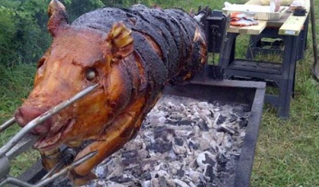Cami önünde domuz çevirmeye izin
