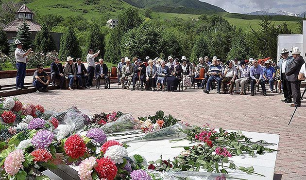 Yazar Cengiz Aytmatov kabri başında anıldı