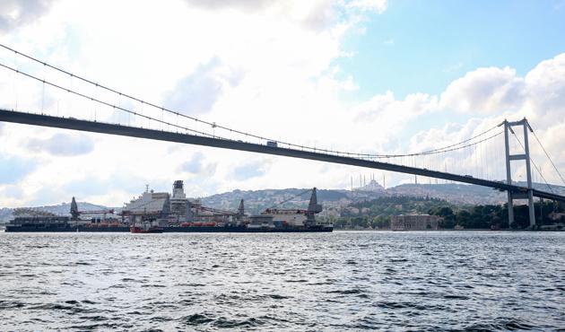 Dünyanın en büyük inşaat gemisi 3'üncü kez Boğaz'da