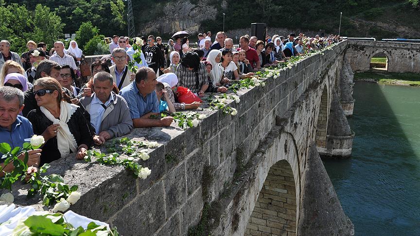 3 bin kişi anısına Drina Nehri'ne 3 bin gül