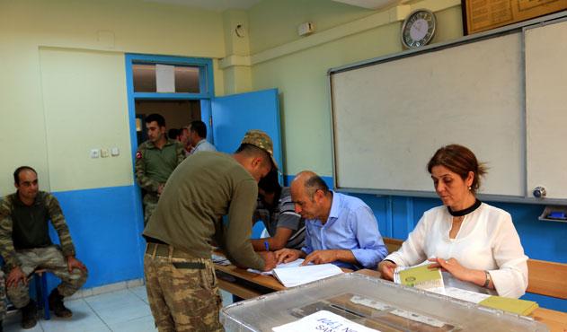 Afrin'de görevli askerler oy kullanmaya böyle gitti