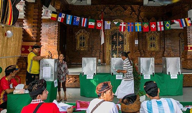 Endonezyalılar eş zamanlı yerel seçimler için sandık başında