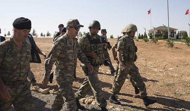 Hulusi Akar ve kuvvet komutanları Suriye sınırında