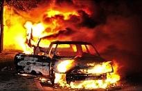 İsveç'te siyah giyen adamlar 97 aracı ateşe verdi