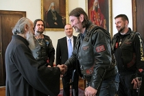 Ortodoks din adamları köşe kapmaca oynuyor